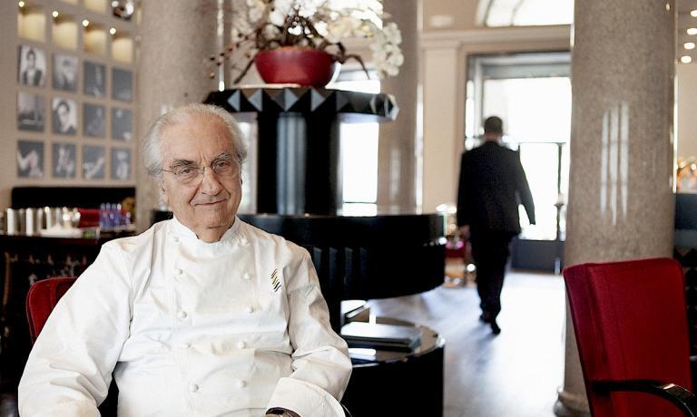 Gualtiero Marchesi ritratto da Luisa Valieri all'interno del Marchesino, il ristorante accanto al Teatro alla Scala a Milano