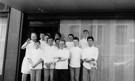 Anno 1986 per Carlo Cracco e chi lavorava da Gualtiero Marchesi. Carlo è in terza fila, il terzo da sinistra