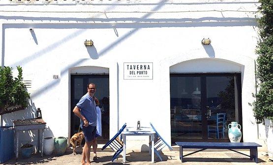 Un momento di relax per Antonio Guida quest'estate a Tricase Porto in Salento. Sta per entrare nella Taverna sul Porto