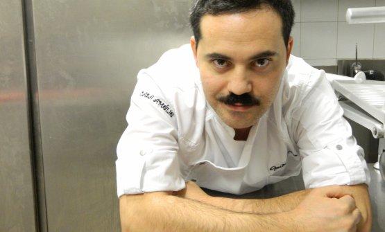 Lo chef Guido Perino nella sua cucina