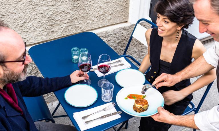 Vasiliki Pierrakea, qui servita, per gioco, dallochef Yiannis Baxevanis, molto affermato in Grecia, che l'haaiutata a costruire il menu del suo ristorante milanese, aperto a metà 2016