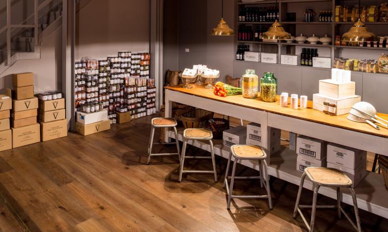 Nel locale c'è anche uno spazio dedicato ai prodotti che Vasiliki Pierrakea seleziona e importa