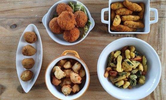 I fritti di Daniela Angelelli. Dall'alto in senso orario gli arancini, le crocchette di patate, le verdure in pastella, le pittule e le polpette