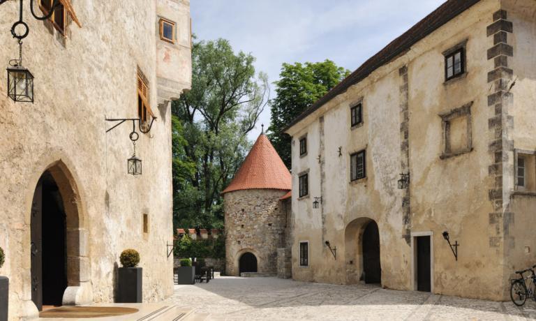 Il Castello di Otočec, l'unico in Slovenia ad essere stato eretto su un'isola fluviale, dal 2009è entrato a far partedella prestigiosa associazione internazionale Relais & Châteaux. Al suo interno ospita un ristorante gastronomico in cui assaggiare un'interpretazione moderna della cucina tradizionale slovena