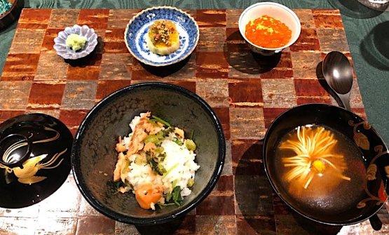 Riso al salmone, caviale rosso e prezzemolo giapponeseaccompagnato da brodo al crisantemo