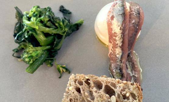 Bread, butter, anchovies and wild mugnoli, a tasting offered by Viviana Varese when they presented Grani Futuri in May in Milan