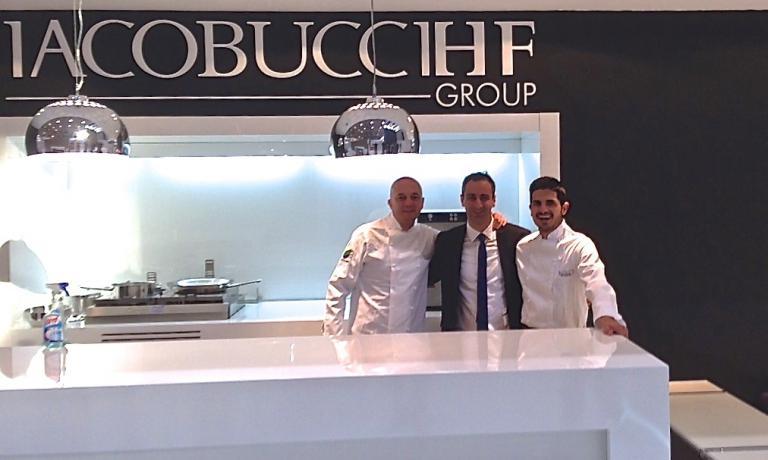 Enrico Camelio, a sinistra, e lo chef Fabio Pecelli, a destra, allo stand Iacobucci insieme a uno dei rappresentanti della ditta laziale, leader mondiale nell'alta ingegneria applicata alla cabina in aerei e yacht. Il suo nuovo forno permette cotture espresse a bordo