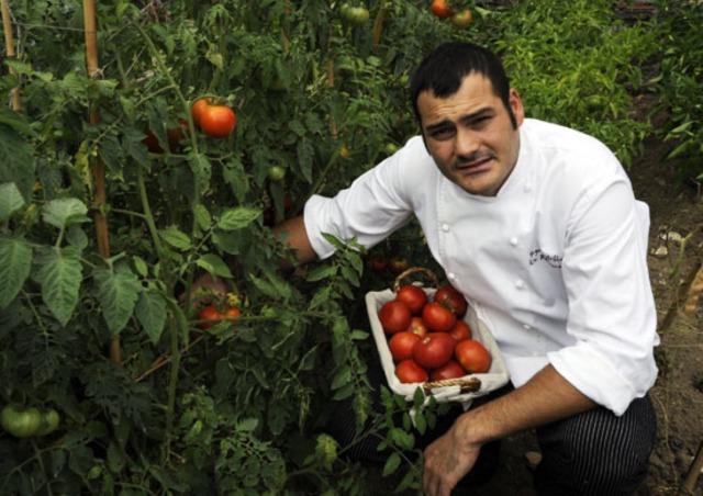 Iago Castrill�n, 35 anni, � stato premio Cocinero Revelaci�n a Madrid Fusi�n 2013. Il suo ristorante Acio � tra gli indirizzi pi� golosi di Santiago di Compostela, capitale gallega... anche della cucina creativa