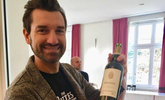 Lorenzo Zonin mostra con orgoglio Identitàdi Podere San Cristoforo