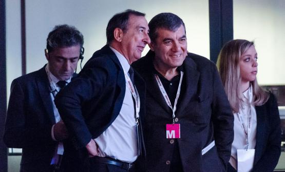Chiacchiere tra Claudio Ceroni e il sindaco di Milano, Beppe Sala, nel backstage di Identità