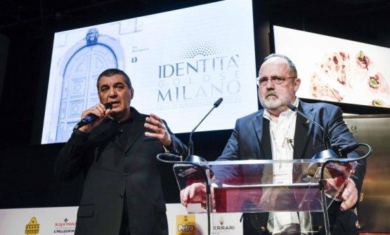 Claudio Ceroni e Paolo Marchi, fondatori di Identità Golose, mentre annunciano la nascita di Identità Milano dal palco del congresso, nello scorso marzo