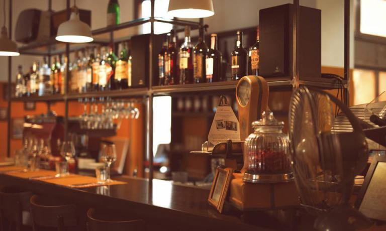 Il bancone del ristorante. La lista d'attesa per accaparrarsi un tavolo è già importante(foto Paolo Zuf)
