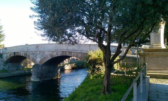 Il ponte sul Naviglio da cui prende il nome l'Antica Osteria del Ponte