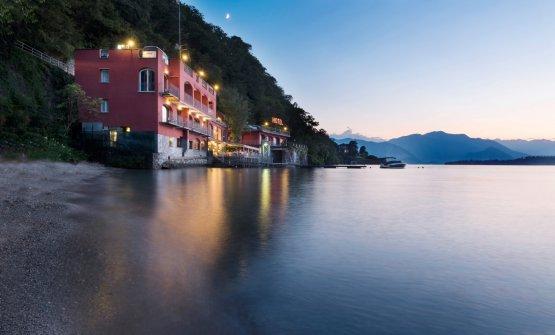 L'hotel Il Porticciolo, nel quale si trova il ristorante stellato di famiglia La Tavola, affacciato sul Lago Maggiore