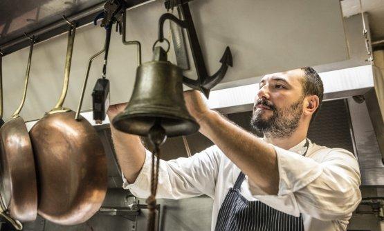 Lo chef Riccardo Bassetti nella sua cucina