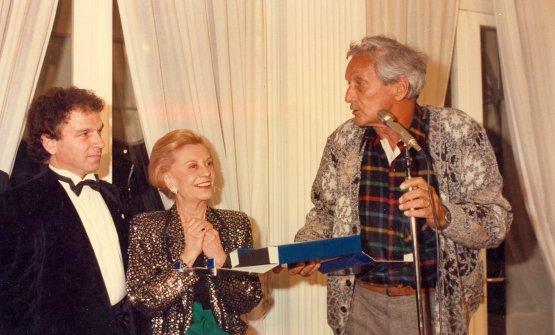 Il premio a Ottavio Missoni, 1985, consegnato da Toni Sarcina e dalla madrina Giulietta Masina