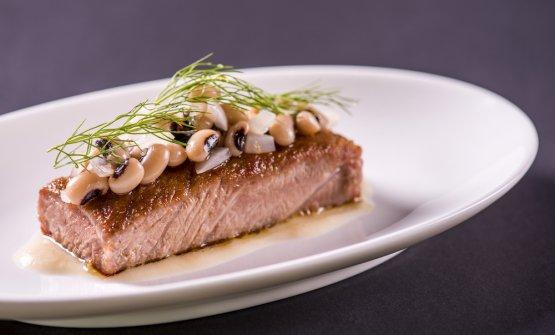 Ventresca di tonno arrostita con insalata di fagioli cipolla e origano