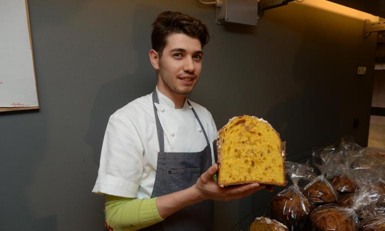 Il giovane volto del brescianoFrancesco Bedussi è un'ottima copertina per questa nostra selezione dei migliori panettoni artigianali d'Italia. Lo chef Enrico Crippa ha scelto proprio questa pasticceria per la produzione dedicata al suo prestigioso PiazzaDuomo di Alba