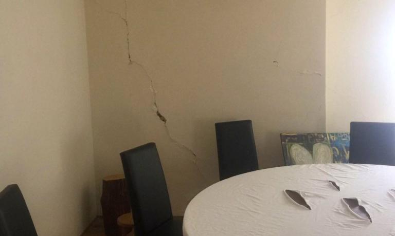 Le crepe in sala del ristorante Il Tiglio di Montemonaco, comune dei Monti Sibillini, in provincia di Ascoli Piceno, telefono +39.334.8592883. L'agriturismo diEnrico Mazzaroni eGianluigi Silvestri è statodichiarato inagibile dopo la scossa del 30 ottobre scorso, con epicentrotra Norcia e Preci. Lo stesso destino capitònel 2012al Rigoletto di Reggiolo di Gianni e Fulvia D'Amato, che oggi sono tornati bene in sella con ilCaffè Arti e Mestieri di Reggio Emilia(foto cortesia di Passione Gourmet)