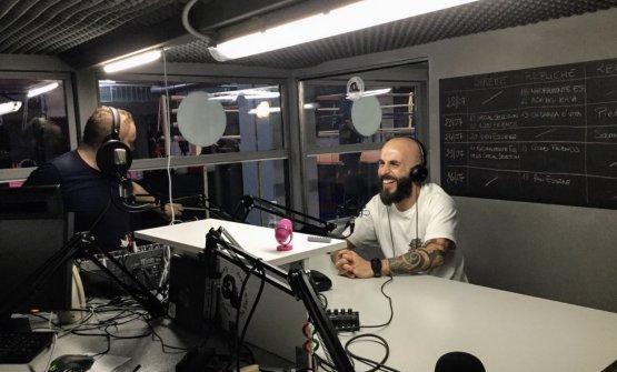 Marco Lussodurante la trasmissione alla radio