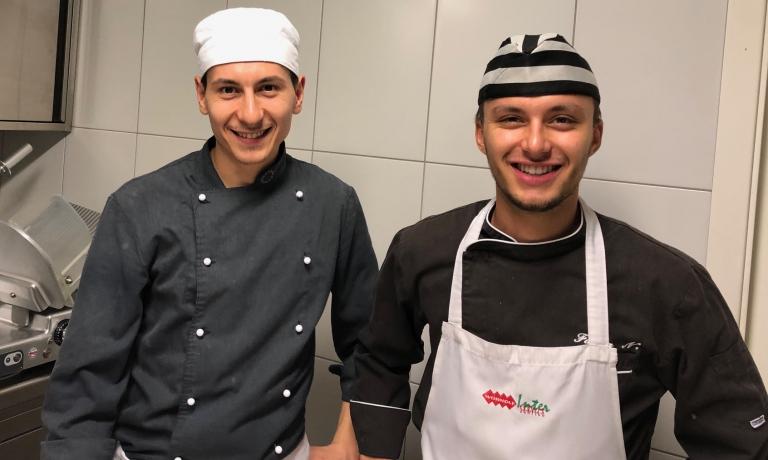 Lo chef Mauro Monti in cucina con un collaboratore