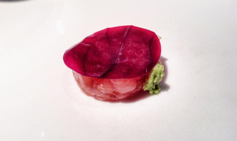 Japanitaly Fishy Flag: tartare di pesce persico e gamberi gobbetti, wasabi e cavolo cappuccio marinato nell'aceto di Groppello