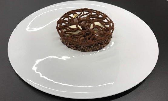 Tabla Azteca. Racconta Digifico: «Alla base c'è una polvere di cioccolato al 70% nitrogenato con gelatina al rum caramellizato, un crumble al cioccolato e sale, spuma nitro al cioccolato e rum, un flan al cioccolato texturizzato, una brioche con crema inglese al cioccolato, gelato alla vaniglia, quenelle di cioccolato al 85%, emulsione di cioccolato e per finire c'è un disegno di cioccolato 70% stampato con la stampante3d e liofilizzato. Volevamo vedere il cioccolato in diverse texture»