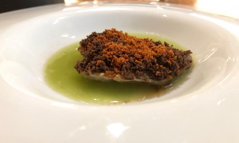 Cernia, granella di olive, polvere di pomodoro, salsa di finocchio