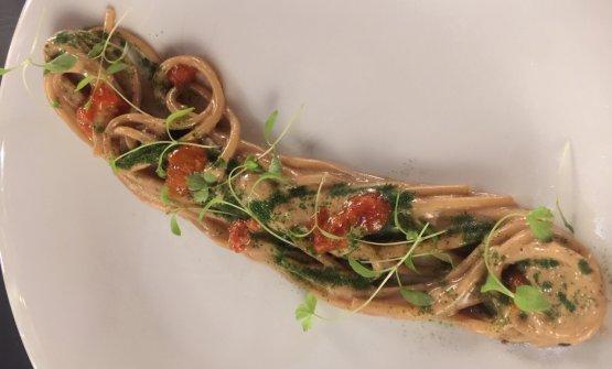 Spaghetto freddo, aglio nero e ricci