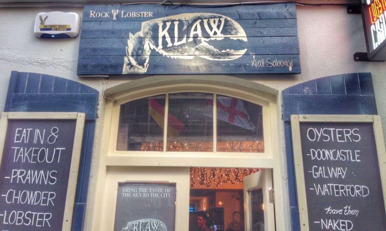 Klaw(5A Crown Alley, Dublin)is a seafood baropened in July 2015 and is already very trendy among crustaceans and oyster enthusiasts in Dublin. It's a very small and informal place and doesn't accept reservations