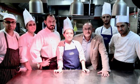 Lo staff della Locanda Don Serafino con, al centro, Vincenzo Candiano e Pinuccio La Rosa