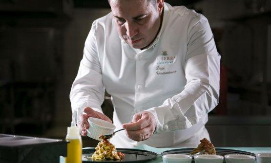 Lo chef al lavoro nella cucina del ristorante La Serra, all'interno dell'hotel Le Agavi
