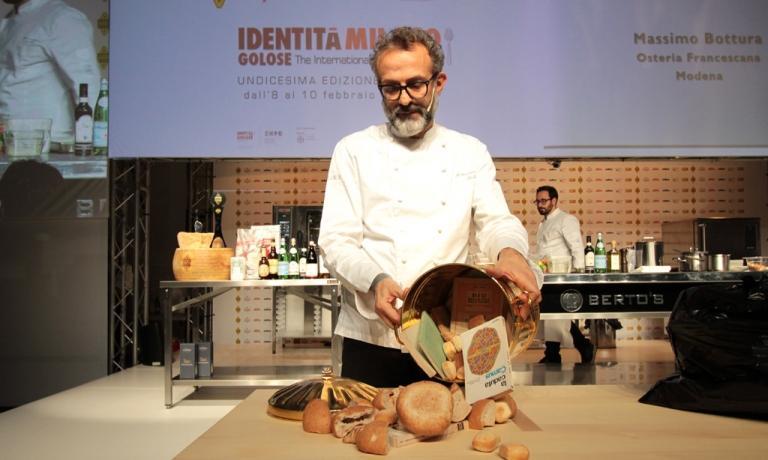 Bottura durante la sua memorabile lezione a Identità Milano 2015, il cui fulcro è stato proprio il tema del recupero