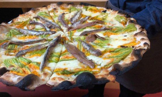 Pizza tonda romana con fiori di zucca e alici, Osteria di Birra del Borgo
