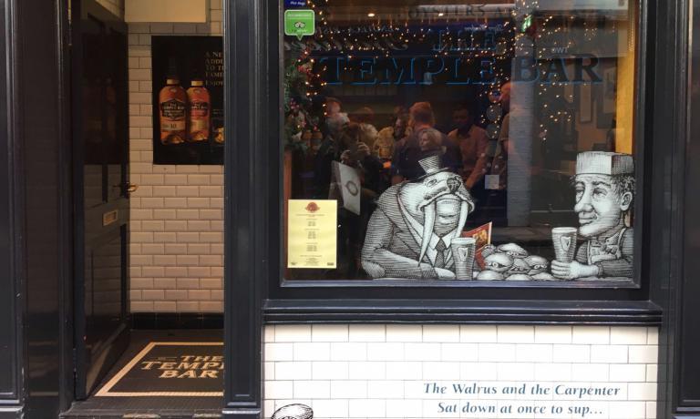 Una delle vetrine dello storico pub di Dublino The Temple Bar(47/48 Temple Bar, Dublino, tel: +353.1.6725286/7)-che prende il nome dal quartiere centrale in cui si concentrano molti dei locali e della vita notturna della città -mostra questa illustrazione in cui due improbabili commensali si accingono a mangiare ostriche bevendo una Guinness: un accostamento assolutamente tradizionale in Irlanda