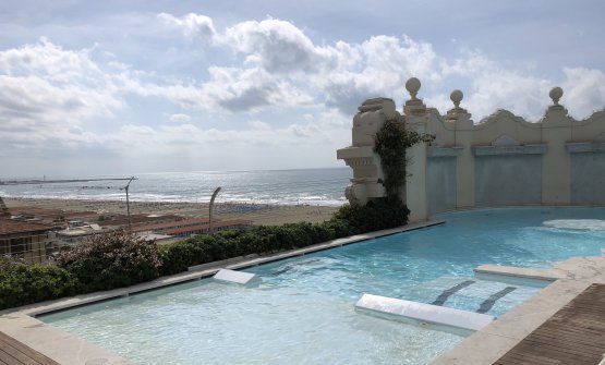 La piscina al quinto piano, accanto al ristorante