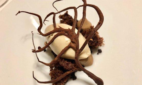Crema gelata alla nocciola piemontese, terra di cacao a doppia fermentazione, pralinato alle nocciole croccanti, spugna fondente allo zucchero grezzo