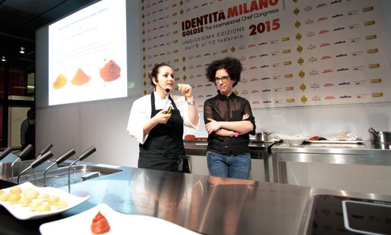 Caterina, insieme a Sonia Gioia, sul palco di Identità Piccanti al congresso dello scorso febbraio