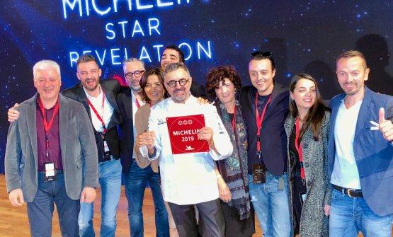 Mauro Uliassi celebra con tutto il suo team la terza stella Michelin. Accanto a lui, la sorella Catia, responsabile di sala (foto Zanatta)