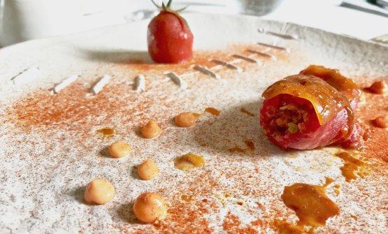 Battuta di podolica con cozze pelose, salsa barbecue, ricci di mare, maionese di acqua di pomodoro, polvere di pomodoro Regina e lo stesso pomodoro arrostito