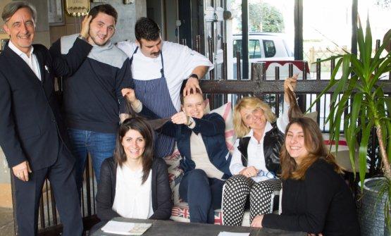 Lo staff del ristorante a Sillavengo. Primo da sinistra il maître-sommelier Roberto Tronconi, seconda da destra Sabrina Vittore