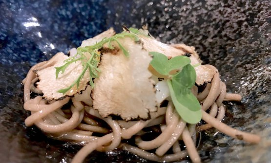 Spaghettini di grano saraceno e calamari Ika Somen con brodo di pesce, tuorlo di quaglia e tartufo estivo(foto Passera)