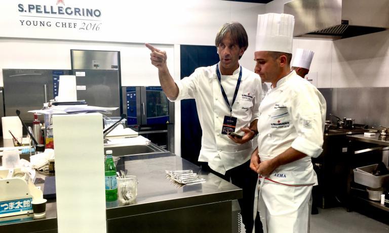 Davide Oldani dà indicazioni ad Alessandro Salvatore Rapisarda, finalista italiano alla S.Pellegrino Young Chef. Il campione del D'O di Cornaredo è il mentore per l'alfiere tricolore alla prestigiosa competizione: oggi si gioca la finalissima di domani a Milano, al The Mall di piazza Lina Bo Bardi. Il racconto di Identità Golose