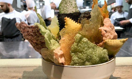 Un classico di Baronetto fin dai tempi di Milano, le chips di riso: alla barbabietola, al nero di seppia, di riso venere, di polenta, poi fiori di zucca in pastella, foglie di erba San Pietro elattughe di mare disidratate