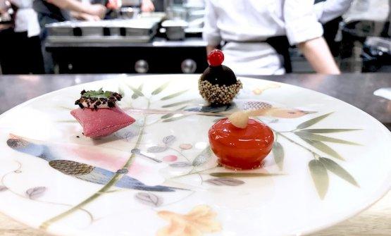 Caramelle salate: Bonbon di brasato con cioccolato e ribes; Airbag di rose con granella di taggiasche; Americano in gel con arachidi