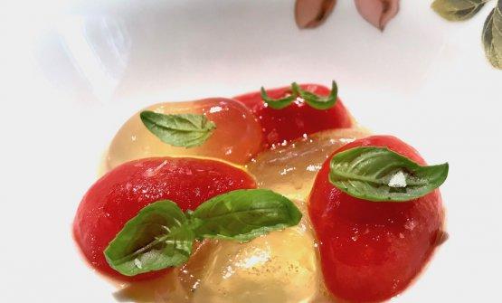 Insalata di pomodori, olio e basilico. Un po' come in Ferran Adrià, la rielaborazione diventa migliore del prodotto stesso, perché ne concentra l'essenzae consente un'aromatizzazione più equilibrata e armonica. Dunque: un super-pomodoro dal gusto mozzafiato (è crema di pomodoro addensata nello stampino con agar agar e colla di pesce), condito con un olio al peperoncino. Sublime nella sua totale semplicità
