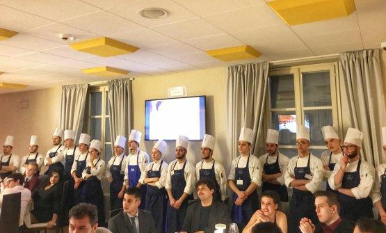 Gli allievi del Corso Superiore di Cucina di ALMA che hanno cucinato con e per Matteo Baronetto. Tra pochi giorni raggiungeranno le destinazioni in cui svolgeranno uno stage di 5 mesi, in uno dei molti ristoranti gastronomici che collaborano con ALMA