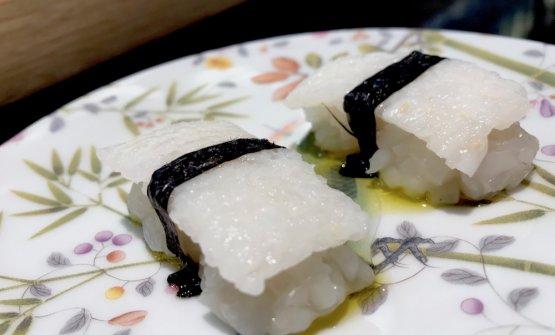 Nighiri di seppia, alga nori. Il ribaltamento delle prospettive: la seppia fa il riso, sotto, tagliata al coltello; il riso fa la seppia, sopra, cotto con aceto alla salvia
