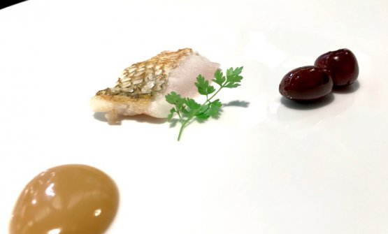 Pancia di branzino, maionese al sugo di vitello, olive e amarene. Ancora untrompe-l'œil che è capolavoro