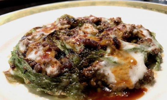 E arrivano le lasagne! Lasagne di lattuga di mare, besciamella, ragù di vitello. La besciamellaè fatta con la maizena. Il piatto è ormai un classico del Del Cambio baronettiano, rimanda a Marchesi e al suo Raviolo aperto. Ma anche alla tradizione italiana,le lasagne son pur sempre le lasagne!il piatto è goloso